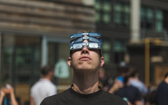 オタクの男性が空を見上げる画像