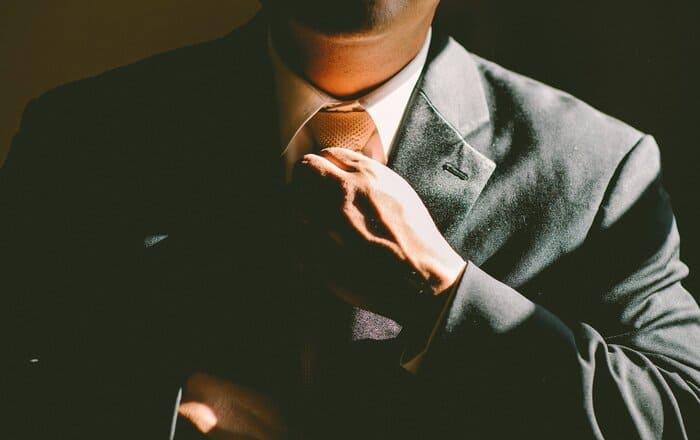 ネクタイ締めてる男性